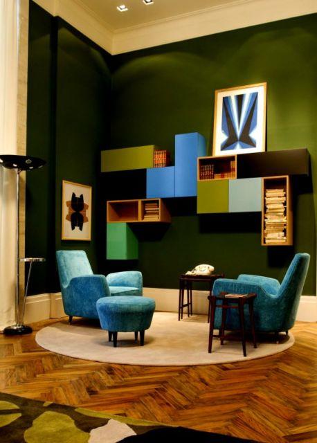 A parede verde serve de base para os móveis e demais elementos em azul