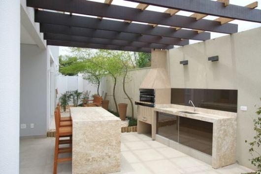 Sua varanda pode contar com uma bancada gourmet grande para receber várias pessoas