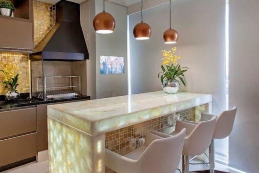 Olha só essa tendência incrível de iluminação para deixar sua área gourmet bem chique!