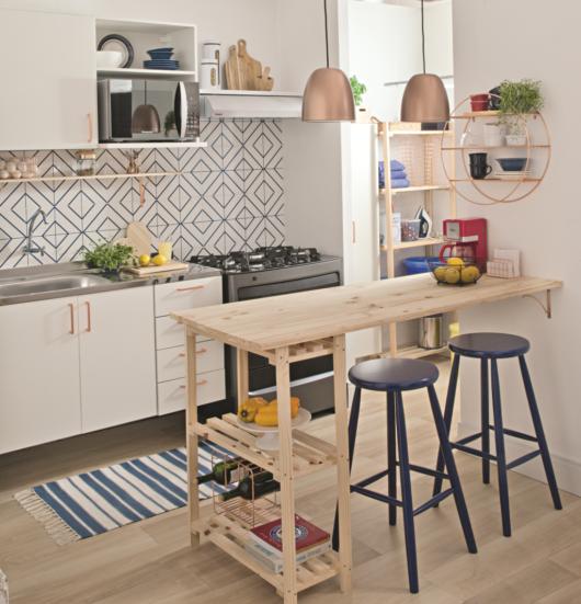 Que tal improvisar uma bancada gourmet para otimizar o espaço em seu cômodo?