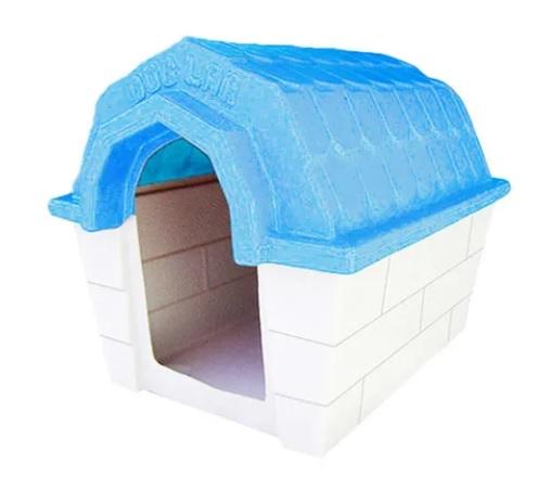 Casinha com teto azul.
