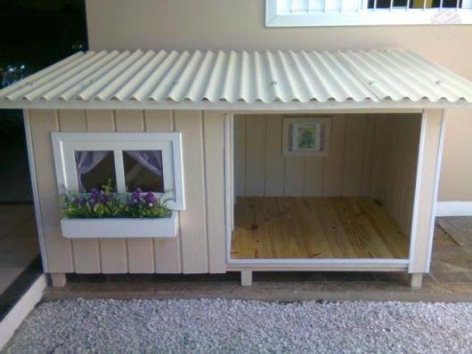 Uma casinha de cachorro com janelinha totalmente customizada para cães pequenos