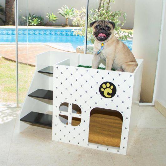 Casinha de madeira personalizada com escadinha para um pug