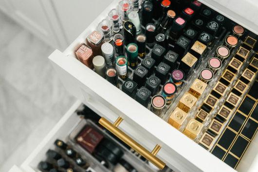 como organizar maquiagem com gavetas