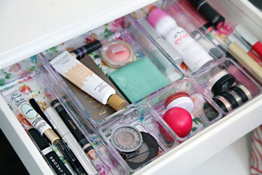 como organizar maquiagem em gavetas