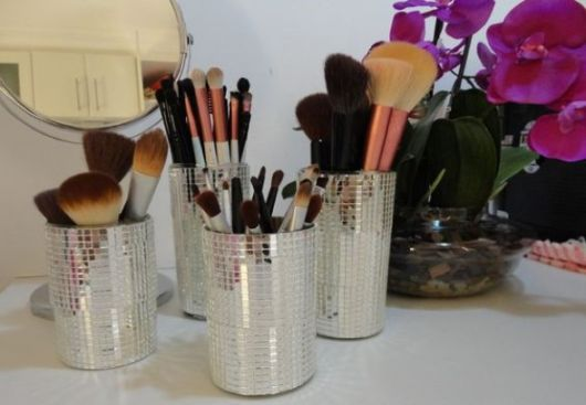 como organizar maquiagem em porta caneta