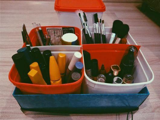 como organizar maquiagem com potes de sorvete