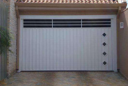 Portão branco na entrada da casa.