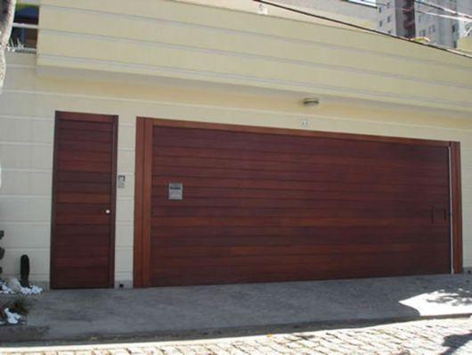 Portão marrom.