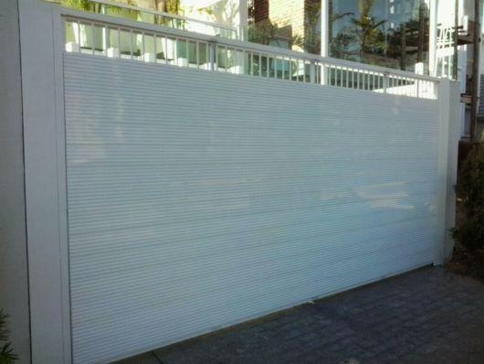 Portão branco.