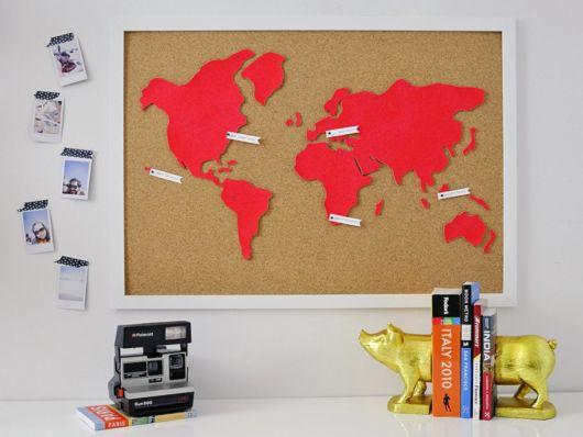 Quadro de cortiça enorme com o mapa múndi, ótimo para decorar o seu escritório