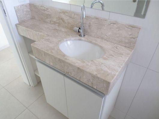 Cuba de embutir em uma pia de mármore com armário embaixo