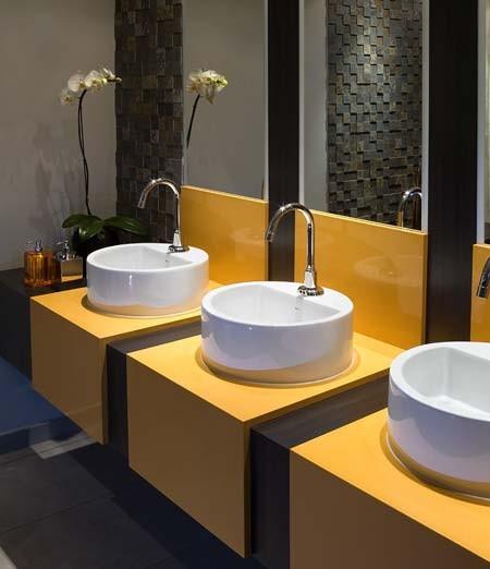 Um projeto ideal de banheiro público com várias cubas pequenas