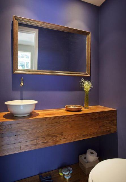 Instalada estrategicamente em meio ao banheiro com decoração harmônica