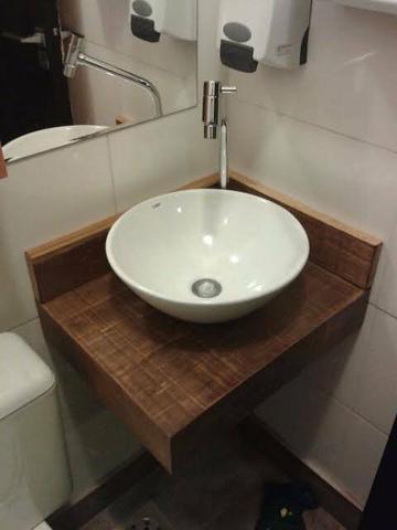 Uma pia rústica e requintada ideal para a decoração do seu banheiro