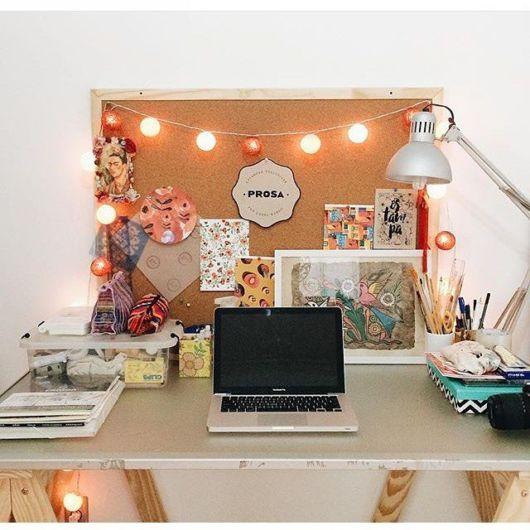Quadro de cortiça pequeno para um home office