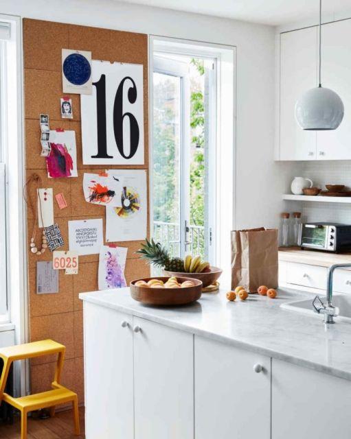 A instalação do quadro de cortiça pode ser feita até na cozinha