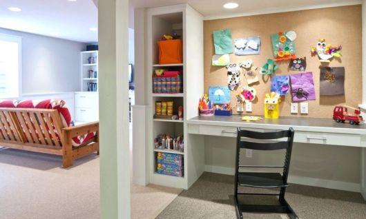 Improvise um home office com uma pequena mesa e um quadro de cortiça na parede