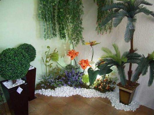 Um espaço montado com plantas naturais e artificiais
