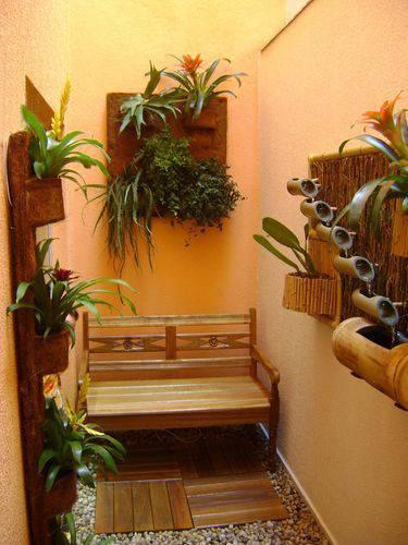 Estruturas em madeira e bambu para colocar orquídeas e outras plantas trepadeiras