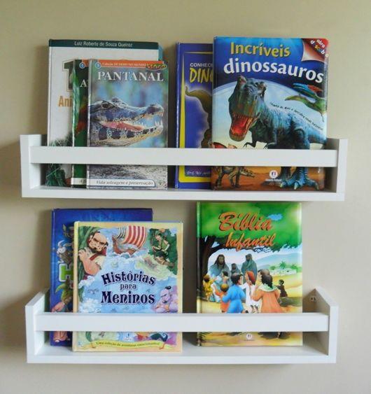 A disposição dos livros e a organização também dão um up na decoração