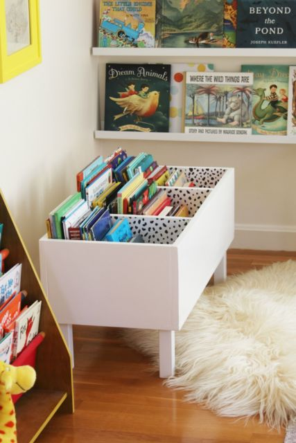Uma boa opção é usar uma estrutura direto no chão para que a criança tenha acesso aos livros
