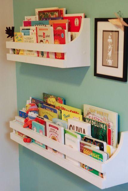 Uma bela maneira de organizar os livros no quarto infantil