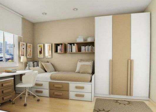Uma boa ideia é instalar os nichos para livros acima da cama