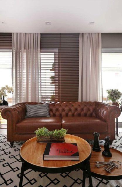 sala com sofá de couro marrom