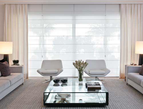 sala com cortinas sobrepostas