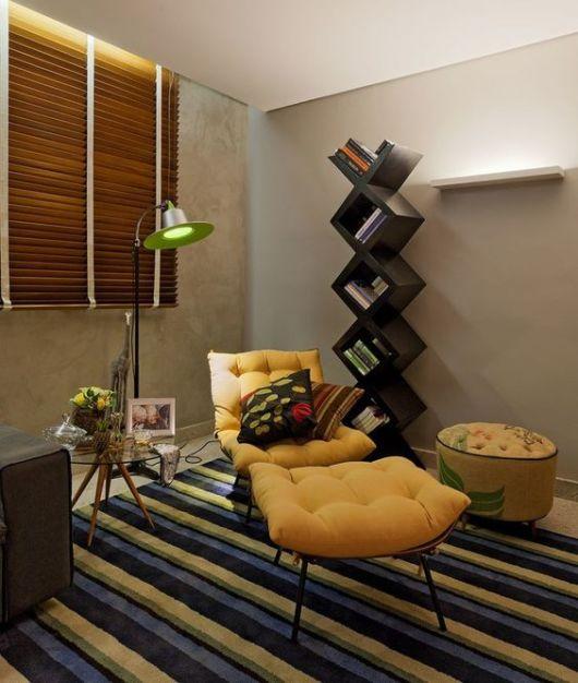sala moderna com cortina de madeira