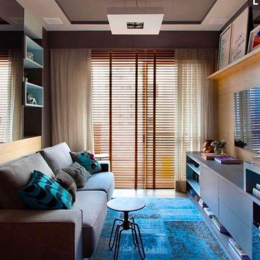 sala com tapete azul