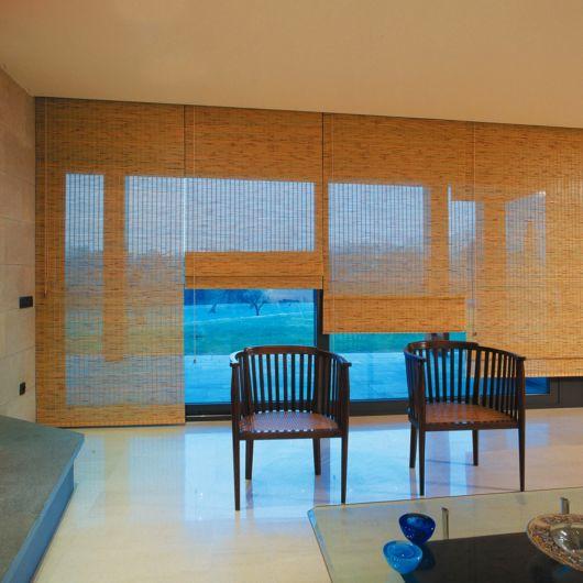 sala com cortina romana de bambu