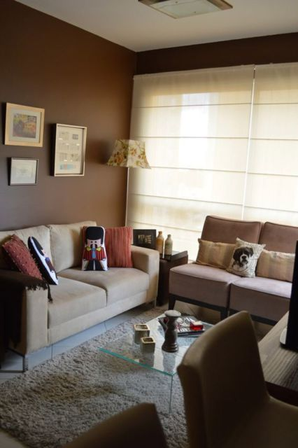sala com parede marrom