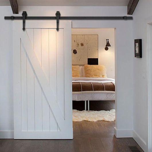 Porta branca para quarto.