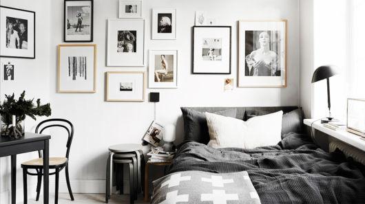 Diversos quadros para compor a parede desse quarto