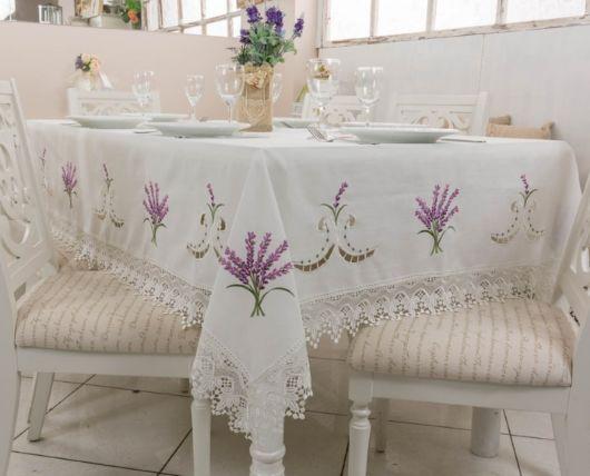 toalha de mesa bordada com jasmin