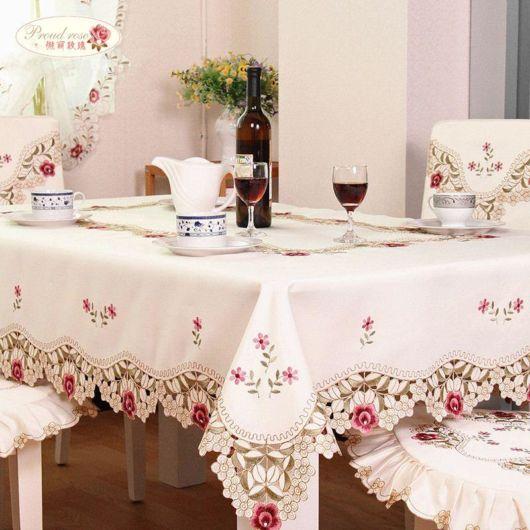 toalha de mesa bordada com rosas