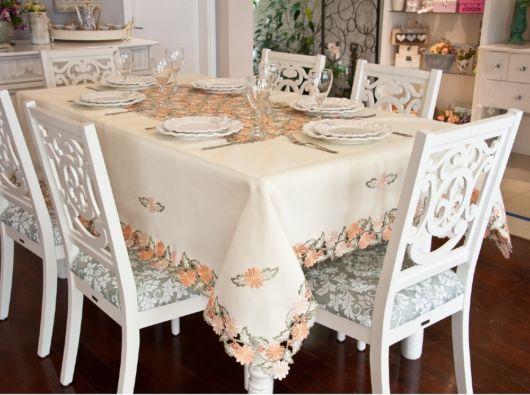 toalha de mesa bordada com flores laranjas