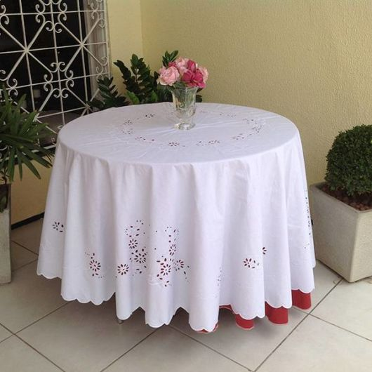 toalha de mesa bordada branca para mesa redonda