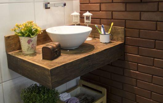 De fato, a bancada de madeira para banheiro combina bastante com modelos de cuba em cores clean, como branco