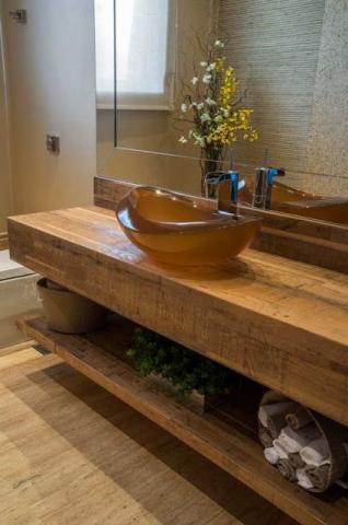 Inspiração com a bancada de madeira combinando com o piso do banheiro
