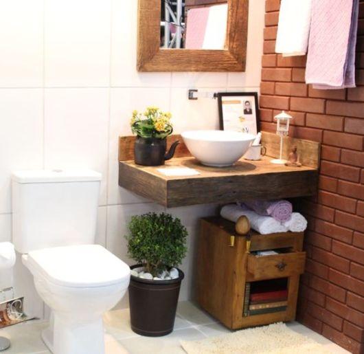 Uma bancada pequena improvisada para um lavabo