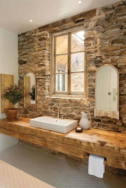 Nesse projeto, a bancada de madeira se complementa ao conceito rústico dos tijolos na parede