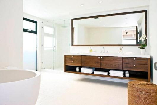 Bancada enorme em meio a um banheiro com muito espaço, tendência para ambientes coletivos