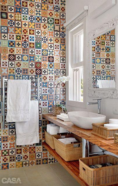 A parede com ladrilhos coloridos dá um toque retrô ao cômodo