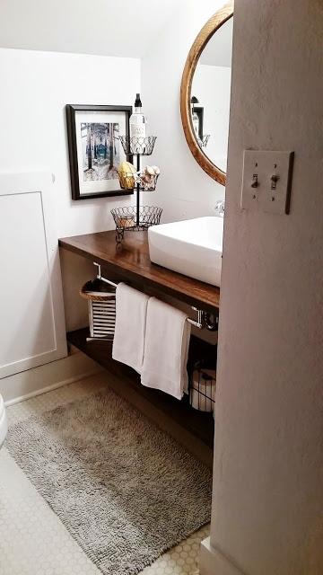 A bancada pode atuar como um item multifuncional e prático, por isso é indicada para lavabos e banheiros sem muito espaço