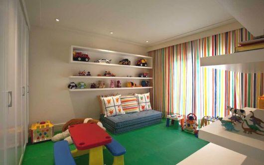 Tapete no chão e cortina para ajudar na composição da iluminação do ambiente