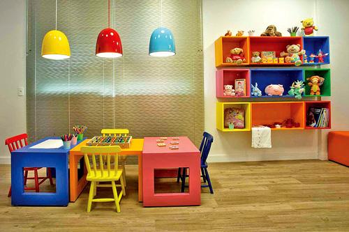 Combine os móveis coloridos com tons mais quentes e fortes