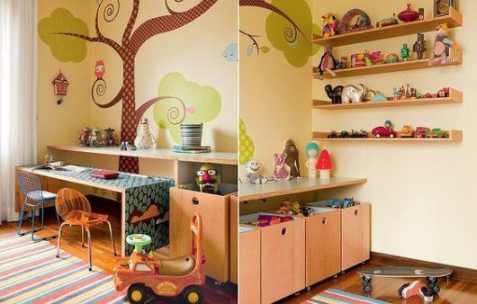 As estruturas em madeira são perfeitas para deixar brinquedos, bem como as prateleiras